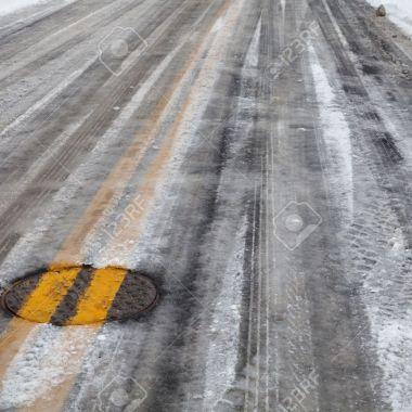 5817014-pavimento-de-asfalto-de-la-calle-cubierta-de-nieve-y-hielo-la-doble-l-nea-amarilla-en-toda-cubierta--Foto-de-archivo